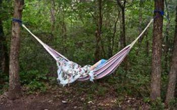 Waldbaden mit Entspannung in der Hängematte