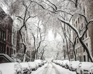 Auf verschneiten Straßen fährt niemand gerne Auto.